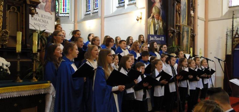 Chór Zespołu Szkół w Trzcinicy podczas koncertu w kościele w Smogorzowie