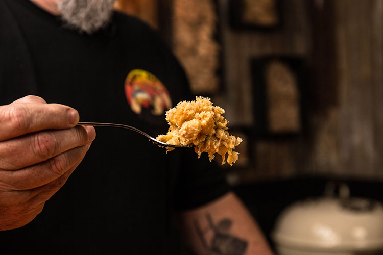 smoked mac and cheese on a fork