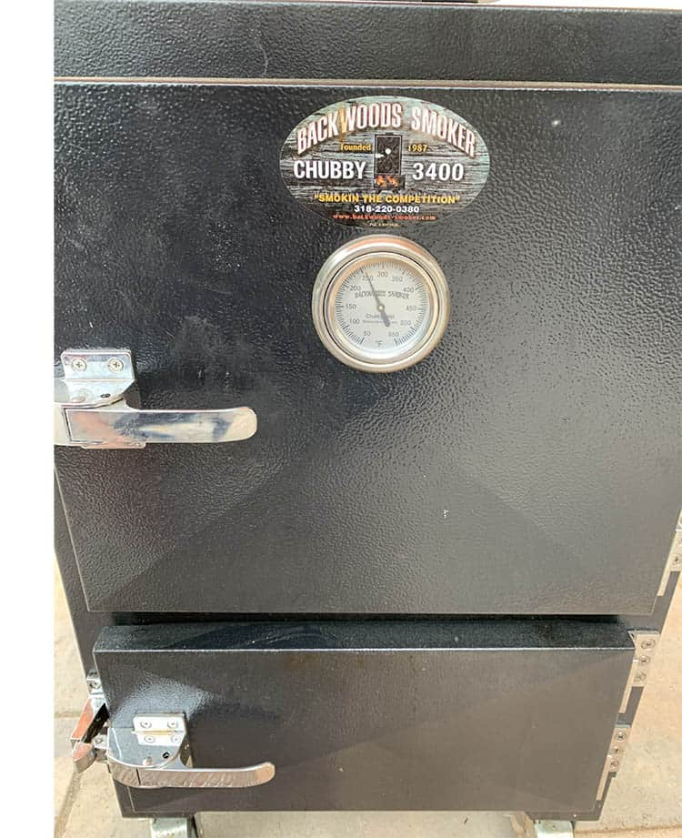Smoker with a temperature gauge