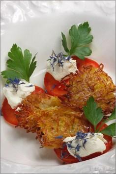 Rösti mit hausgemachtem Frischkäse, Tomate und Kornblumen © Liz Collet