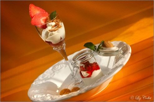 Mandelcreme à la Bavaroise mit frischen Erdbeeren und Mandelkrokant© Liz Collet