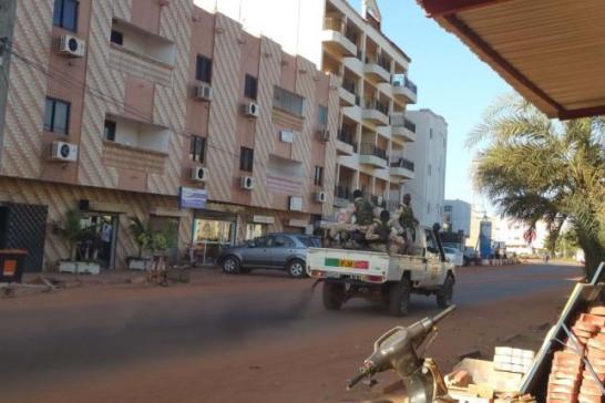 11月20日、西アフリカのマリの首都バマコで武装集団が高級ホテルを襲撃し、170人を人質にしている。写真は武装集団が立てこもっているラディソン・ブル・ホテル(2015年 ロイター/Adama Diarra)