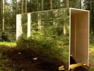 Studiolo. 2008, installation, wood construction and mirror, prints on plexiglass, 320 x 300 cm / Studiolo. 2008, construction en bois, miroir et impression sur plexiglass, 320 x 300 cm