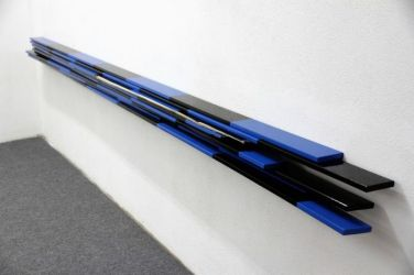 Converge. 2011, enamel paint on wood, 370 x 15 x 10 cm /Converge. 2011, peinture glycérophtalique, bois, 370 x 15 x 10 cm