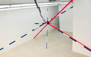 Relapse. 2015, installation. Enamel paint on wood, tape, dimensions variable / Relapse. 2015, installation. Bois, penture glycérophtalique, bande, dimensions variables
