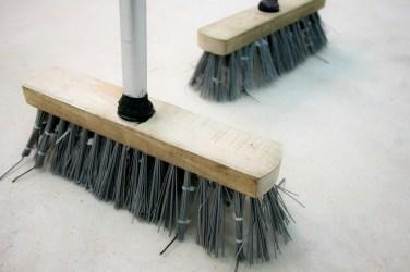 VIVIEN ROUBAUD Brooms. 2014, brooms, vibrator, battery, dimensions variable / Brooms. 2014, balai, batteries, moteur, vibrateur, dimensions variables