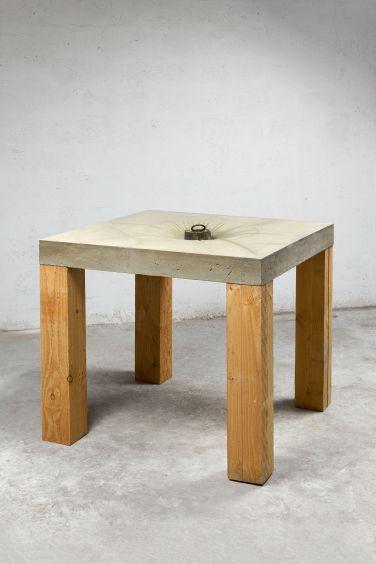 Etabli I. 2014, cement, wood and metal weight, 92 x 104 x 104 cm / Etabli I. 2014, ciment, bois et poids en métal, 92 x 104 x 104 cm