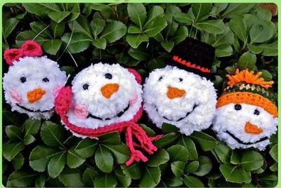 Snowball family ornaments from You Drive Me Crafty.