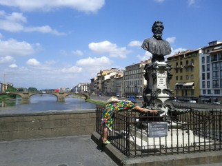 stealing_coins_from_ponte_vecchio_statue