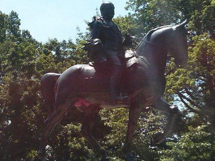 queens_park_horse_statue_painted_pink