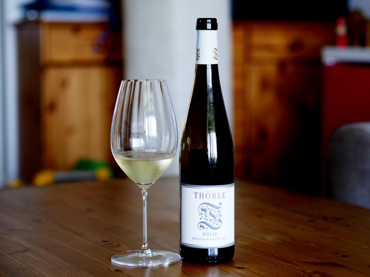 "Bottle and glass of ""Hölle"" Saulheimer Riesling Kabinett from Weingut Thörle, vintage 2018"