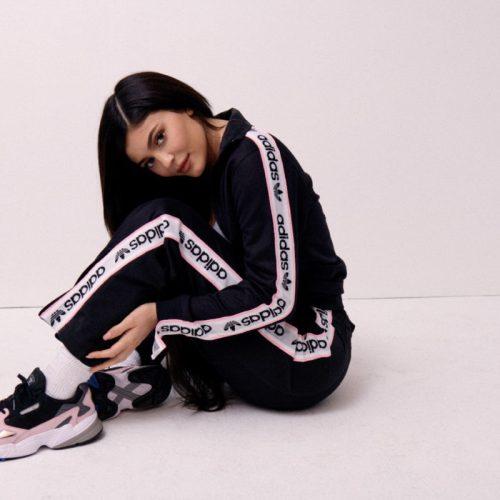 アディダス オリジナルスは、Kylie Jennerをモデルに起用したADIDASFALCONのニューカラーを発売