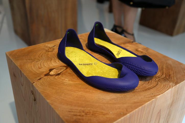 Photo02 - 靴でもサンダルでもない新発想のフットウェア「iGUANEYE」の世界第一号店が 東京・青山にオープン