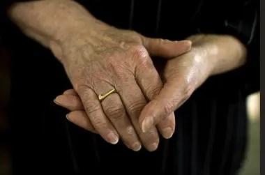 キャロライン・デビッドソンがナイキから送られた金のスウッシュ・リング(指輪)