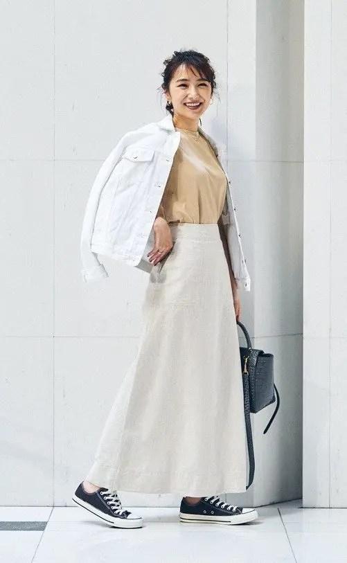 上品に着こなすならベージュのフレアスカートがおすすめ summer-black-sneaker-styles-5