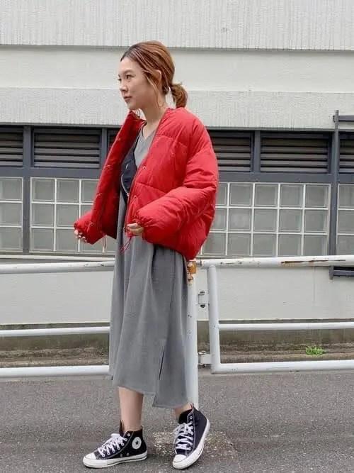 ハイカットスニーカー×インパクトカラーのダウン down-jacket-styles-for-ladies-sneakers-7