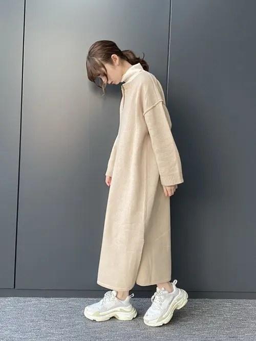 白のダッドスニーカー×ニットワンピ winter-sneaker-style-white-sneaker-style2