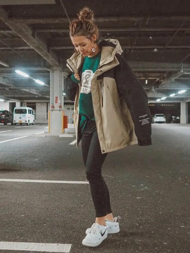 暖かいダウンで今年の冬をおしゃれに! down-jacket-styles-for-ladies-sneakers-10