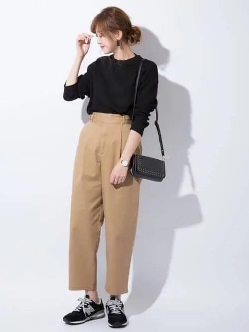 黒スニーカー×ベージュのチノパン new-balance-ladies-sneakers-winter-styles-black-sneaker-with-baige-pants