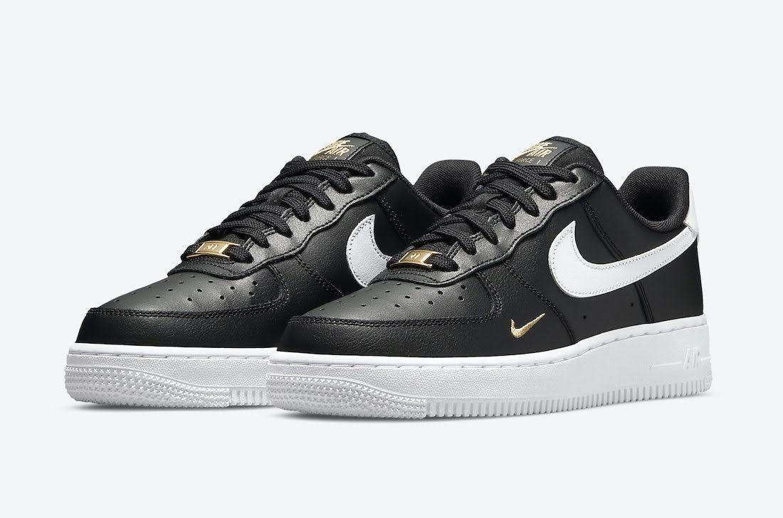 """ナイキ エア フォース 1 ロー """"ゴールド ミニ スウッシュ"""" (ブラック) Nike-Air-Force-1-Low-Black-Gold-White-CZ0270-001-pair"""