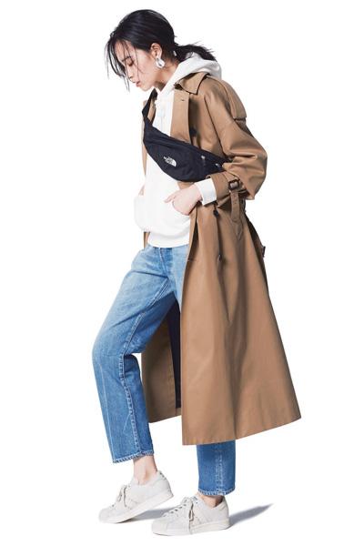 トレンチコート スニーカー コーデ レディース おすすめ 人気 trench coat sneakers outfit women スポーティ