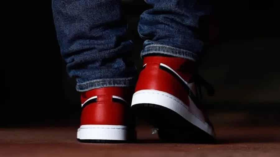 air-jordan-1-mid-chicago-black-toe