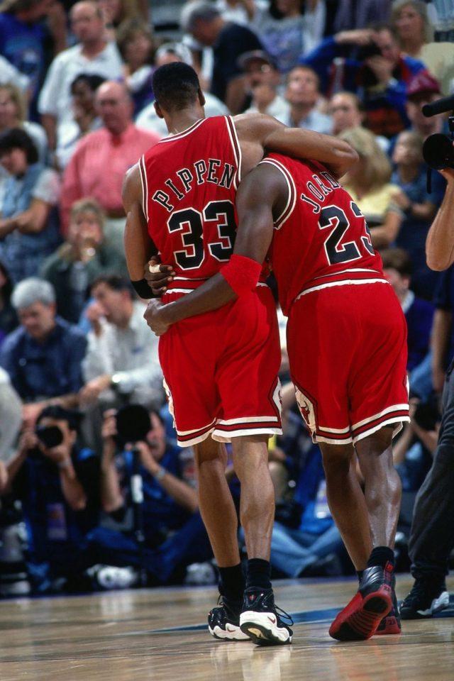 Pippen embrasing Jordan