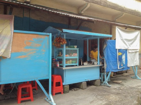 Char kway teow stall. This definitely brought back memories. This stall is just behind my house - it took probably just 3 minutes by feet to give you some sense of distance. I used to cycle here after my tuition classes and asked for a packet of char kway teow, grinning and then quickly cycled back home to have it for afternoon tea. Those carefree and always happy times...