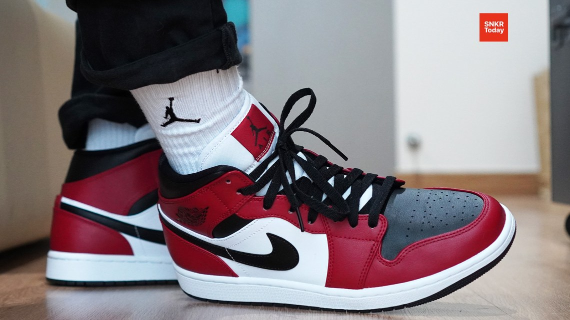 "Air Jordan 1 Mid ""Chicago Black Toe"""
