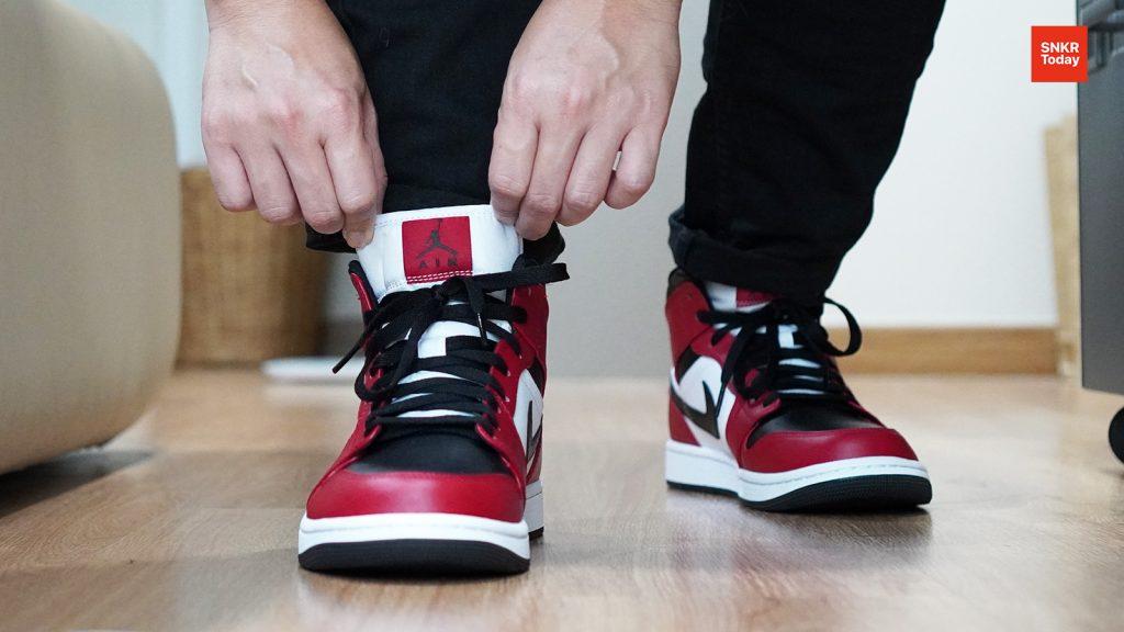 """Air Jordan 1 Mid """"Chicago Black Toe"""" ซึ่งเป็นคู่สีที่ปรับมาากสียอดฮิตอย่าง """"Chicago"""" สำหรับสีนี้ก็สวยไม่น้อยเลย ซึ่งของจริงจะเป็นอย่างไร ไปติดตามกันเลย"""