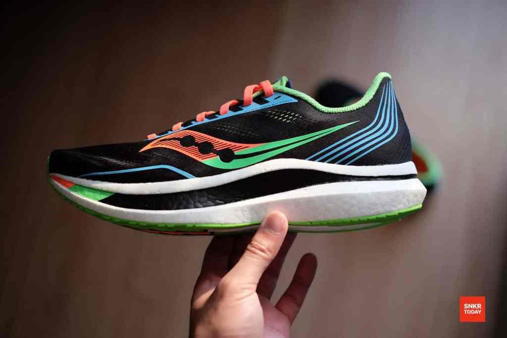 """รีวิว Saucony Endorphin Pro """"Bright Future Black"""" นุ่ม เด้ง เบา รองเท้าวิ่งเหมาะสำหรับวันแข่งขัน"""