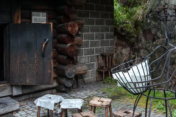 Holzhocker und Unterlagen