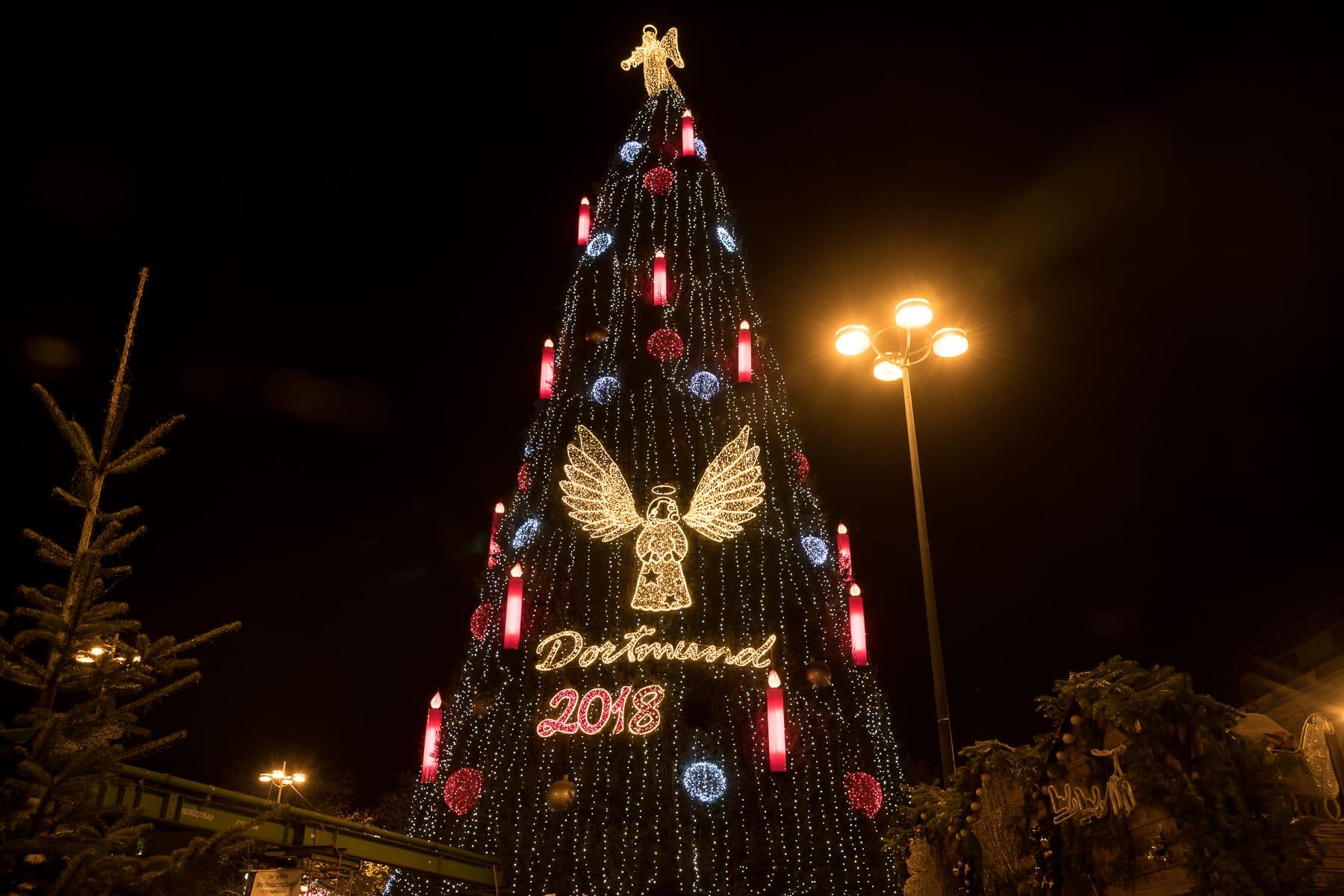 Dortmunder Weihnachtsbaum 2018 bei Nacht festlich beleuchtet