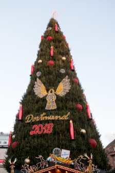 Blick auf den Dortmunder Weihnachtsbaum von der Hansastraße aus