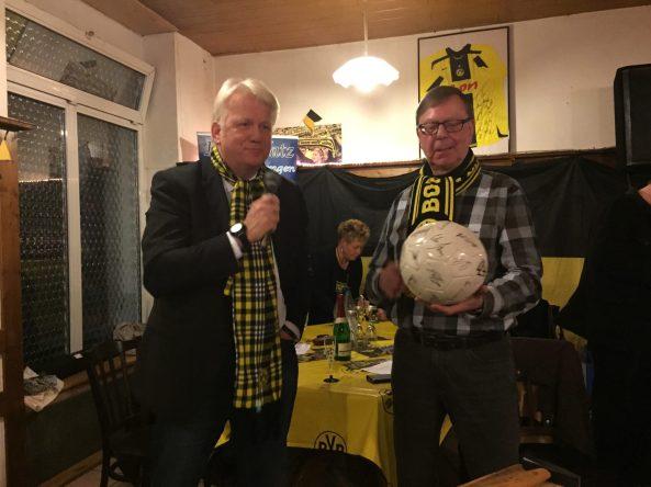 Dortmunds Oberbürgermeister Uli Sierau und sein gespendeter Ball