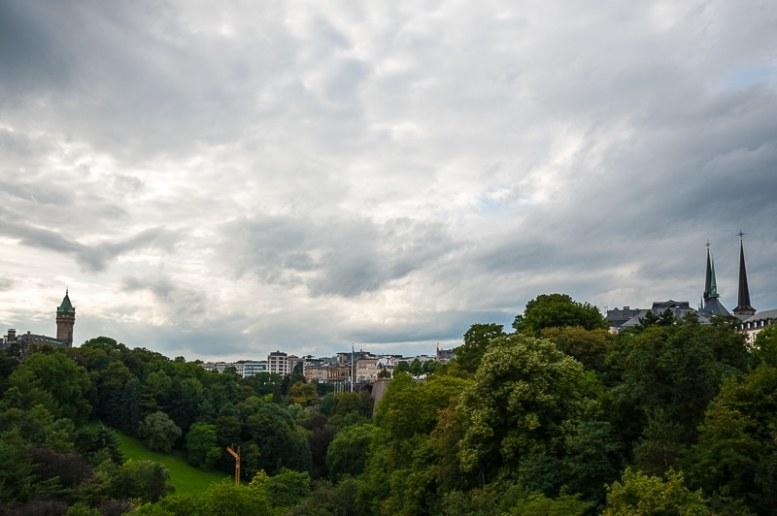 Blick über das Pétrussetals auf das Bahnhofsquartier und die Oberstadt in Luxembourg