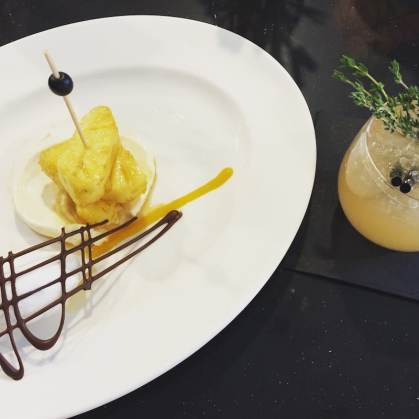 Marinierte Ananas mit Mascarpone an Kokoseis mit Valrhona-Schokoladengitter