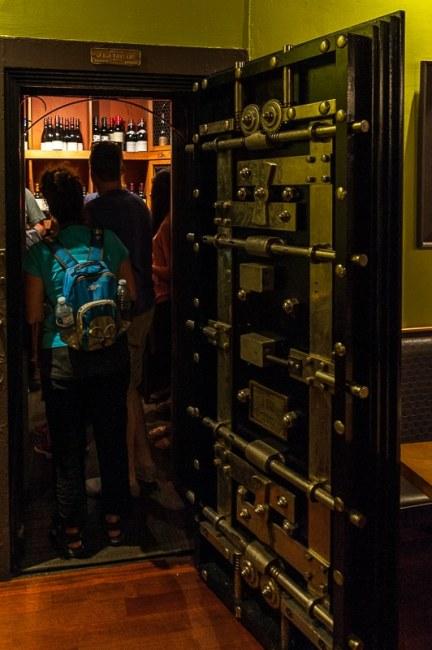Wein hinter Schloss und Riegel im Chives
