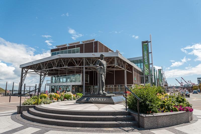 Cunard-Denkmal vorm Halifax Seaport Farmers' Market