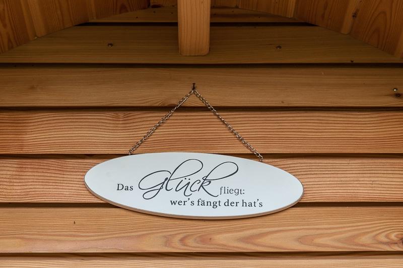 Kleine Details sorgen für Gemütlichkeit - wie ein Schild über dem Eingang zum Podhaus.