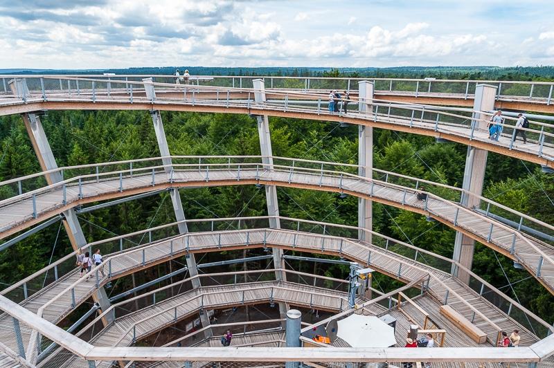 Der Aussichtsturm - Blick ins Innere mit Rutsche.