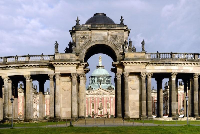 Potsdam, Park Sanssouci, Westseite der Kolonnade mit Triumphtor und Blick auf das Neue Palais, 2014 Foto: Wolfgang Pfauder © SPSG (Pressefoto)