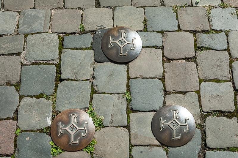 Karlszeichen im Boden