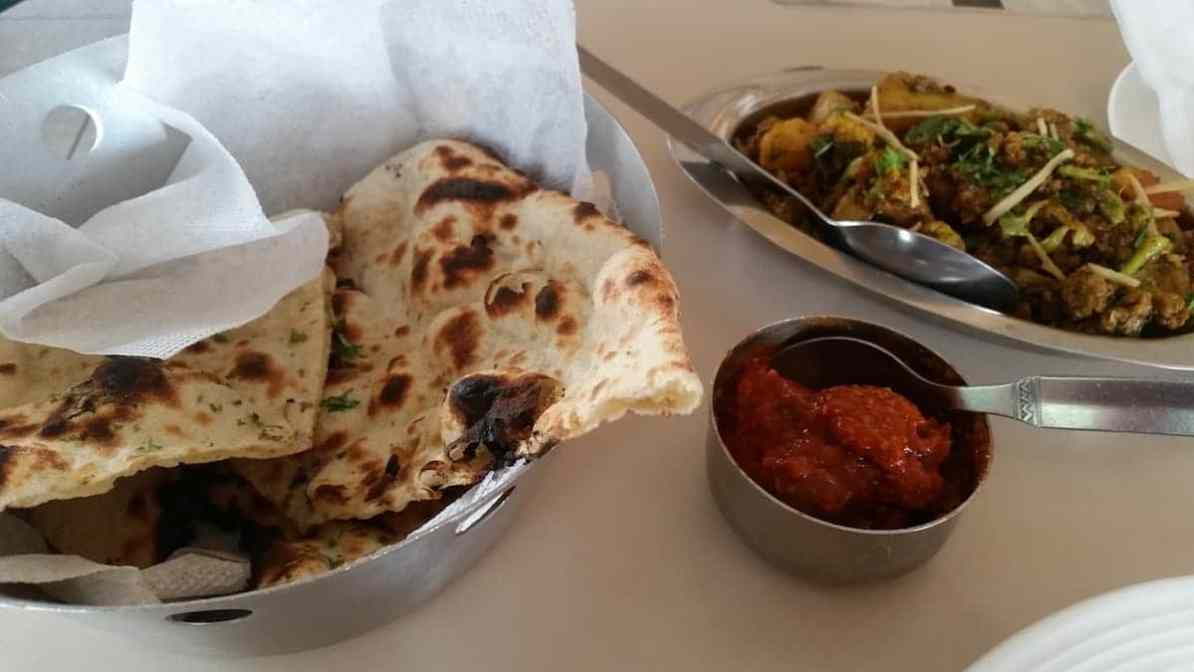 Aloo Ghobi und Naan Brot