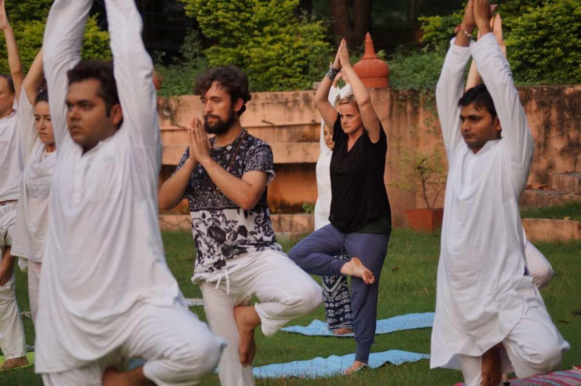 Nina beim Yoga in Indien