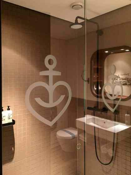 Astra-Logo auf der Duschwand