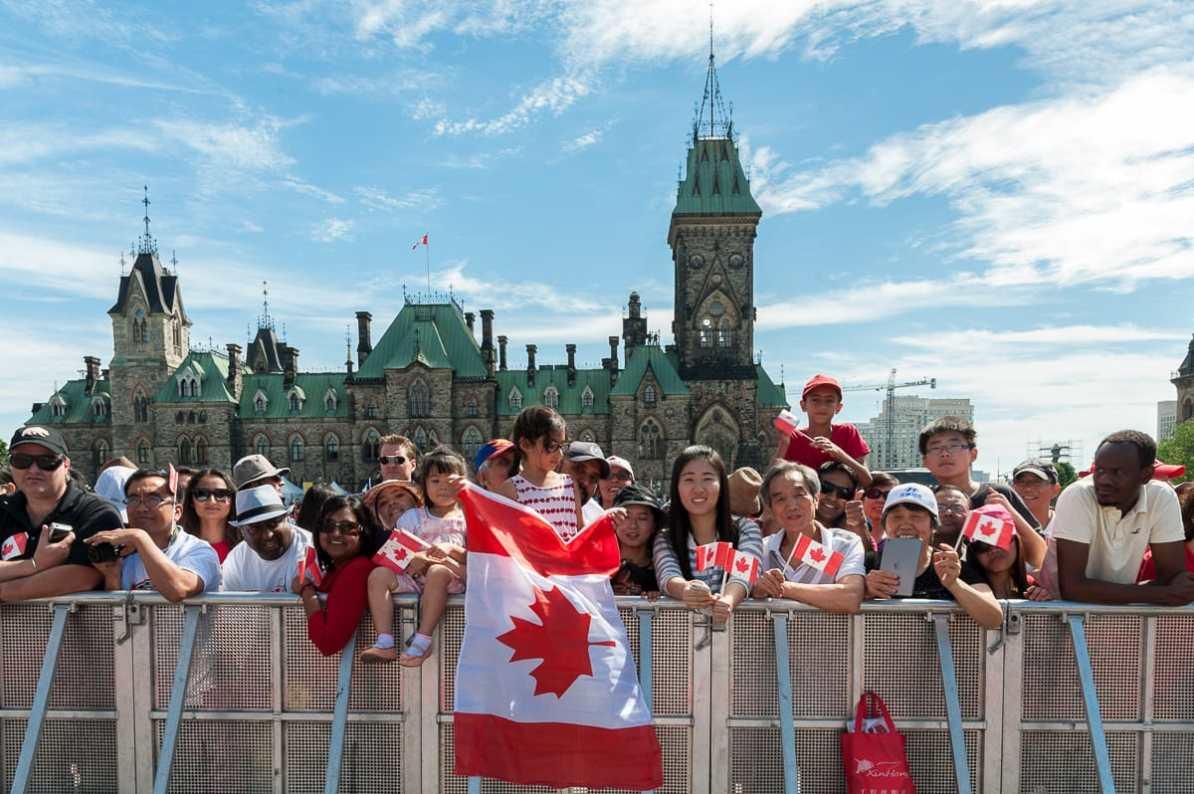 Rechts die chinesische Studentin mit Eltern, links daneben die neukanadische Familie