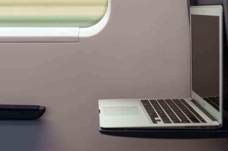 13''-Laptop passt gerade so auf den Klapptisch