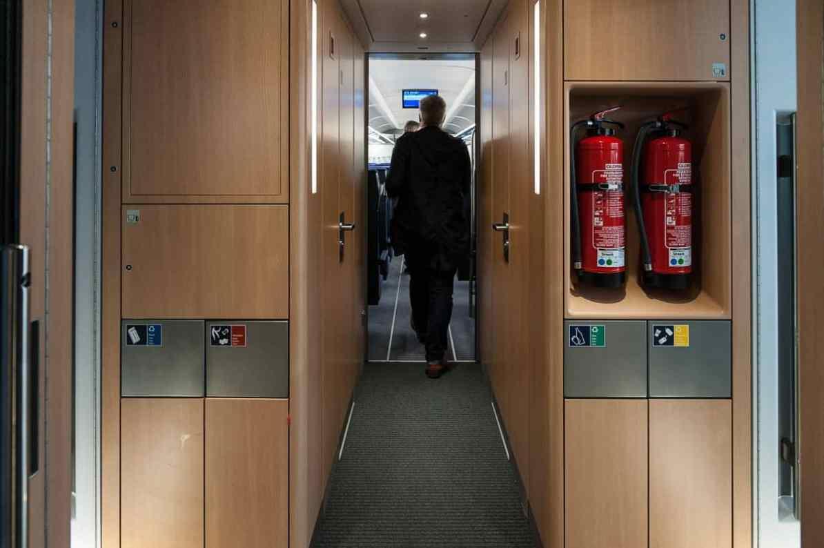 Eingangsbereich im ICE4 mit Mülltrennung und Feuerlöschern