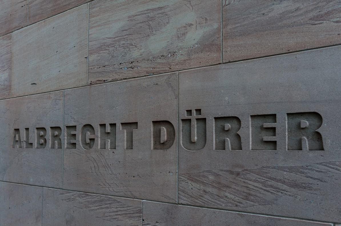 Albrecht Dürer Schriftzug in der Nähe des Neuen Museums